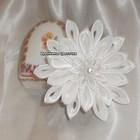 Белоснежный цветок на заколке