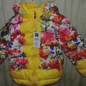 Теплая куртка пуховик GAP для девочки цветочная расцветка с капюшоном