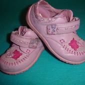 Фирменные Clarks стильные туфли мокасины  девочке 21размер