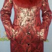 Красное зимнее пальто.