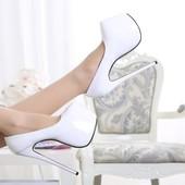 Туфли Christian Louboutin лакированные белые