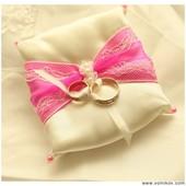 Подушка для колец на свадьбу. Подушечка для обручальных колец бело-розовая.