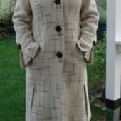 Шерстяное пальто белого цвета.