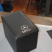 Модельный подлокотник на Мерседес Вито становится между передними сидениями. В подлокотнике есть отк