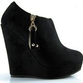 Женские замшевые, черные ботинки на танкетке