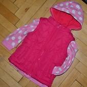 Демизизионная жилетка жилет очень яркая фирменная стеганная моднице 9 - 12  месяцев 80 см в сердечки