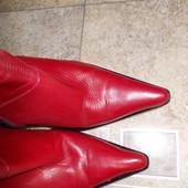 Красные кожаные осенние классические сапоги.