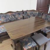 Деревянный кухонный уголок со столом и табуретками.