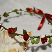 Венок из лозы и красных роз (УП 5-8 грн)