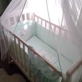 Кроватка цвета слоновой кости с матрасом и постелью