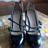 Новые кожаные, лаковые, черные туфли, очень классные.