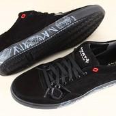 Мужские спортивные туфли черные из натуральной замши на шнурках, с белым принтом на подошве