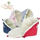 Подстилка в санки на овчине для безопасности ребенка использована широкая светоотражающая лента.