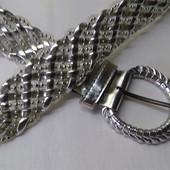 Женский пояс серебряного цвета . Длина-101 см, ширина-3.5 см.
