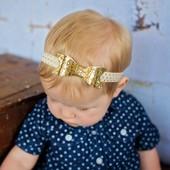 Детская повязочка на голову золотой бантик