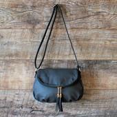 Брендовая серая женская сумка кроссбоди с кисточками купить недорого