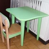 Стол и стул из натурального дерева.