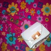 малeнькая бeлая лакированая сумочка
