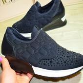 Стильные кроссовки носик в камнях в наличии