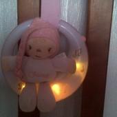 Музыкальный ночник Chicco с куколкой на луне.