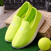 Яркие стильные женские кроссовки без шнурков