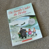 Книга на английском языке The Family Under the Bridge (овая)