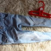 джинсы деним с потертостями. крутые скинни