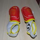 Защита для ног на футболе для мальчика