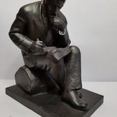 статуэтка Ленин пишет на бревне. автор Завалов , клеймо . вес 5.3 кг.
