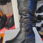 Зимние кожаные сапоги на широкую ногу на маленьком каблуке.