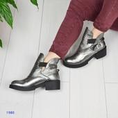 Стильные демисезонные ботинки с декоративным ремнем,цвет- никель.