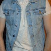 Фирменная стильная джинсовая жилетка Top Man .м .