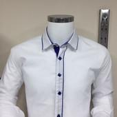 Турецкая рубашка белого цвета с отделкой цвета электрик,3 металлические кнопки на передней планке