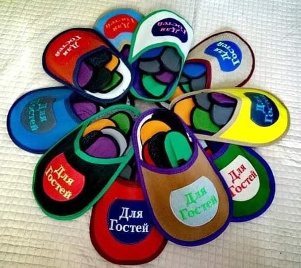 Набор домашней обуви для гостей состоит из пяти пар тапочек разного цвета (37 - 44 размеров) фото №1