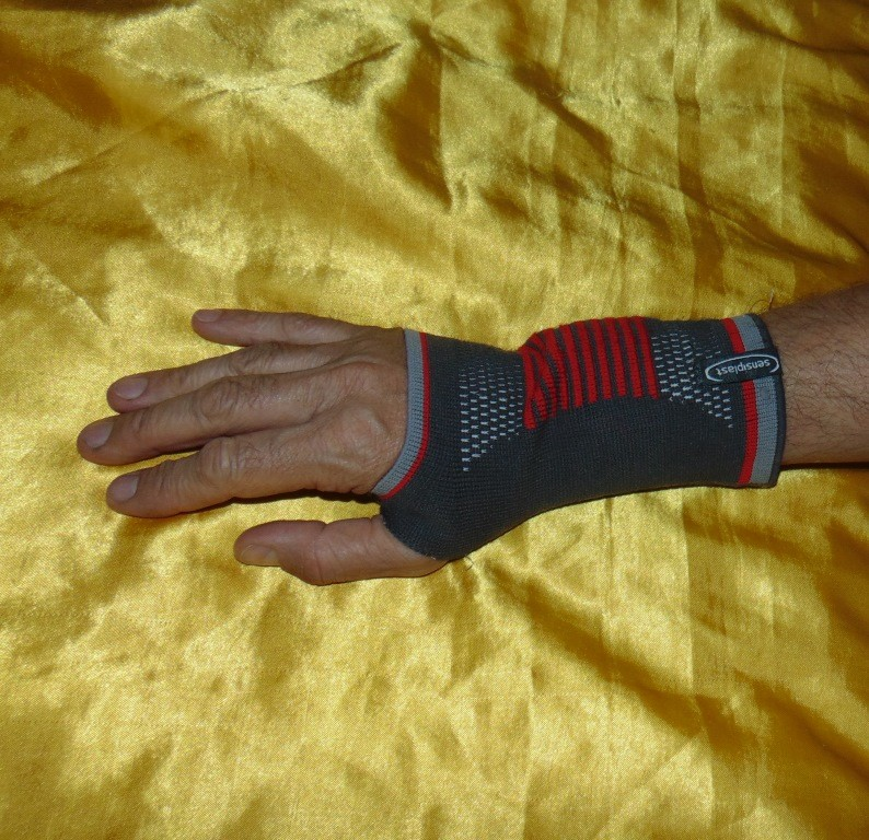 Спортивний фирменний бандаж на запястие sensiplast germany. s-m-l фото №1