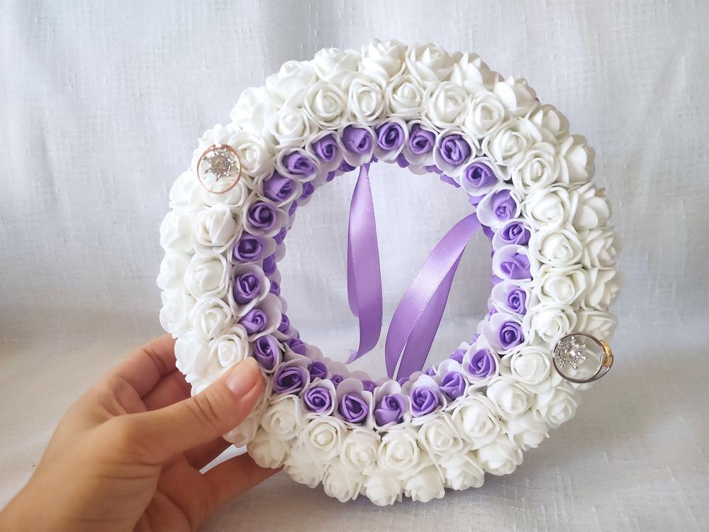 Свадебная подушечка для обручальных колец круглая из роз сиреневая и белая люкс фото №1