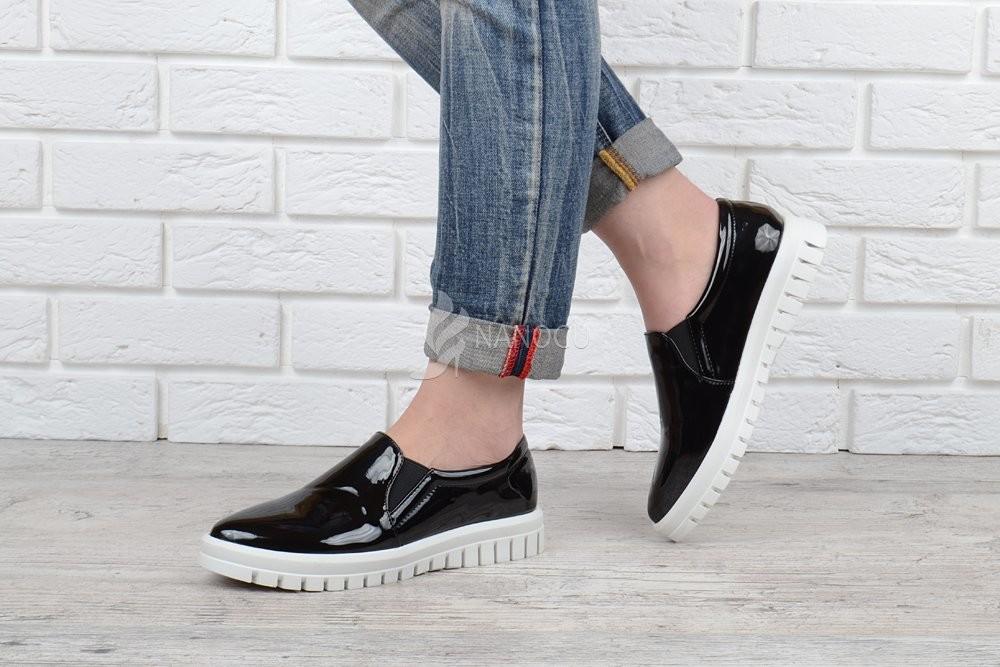 Туфли слипоны женские mango лакированные черные на белой подошве фото №1