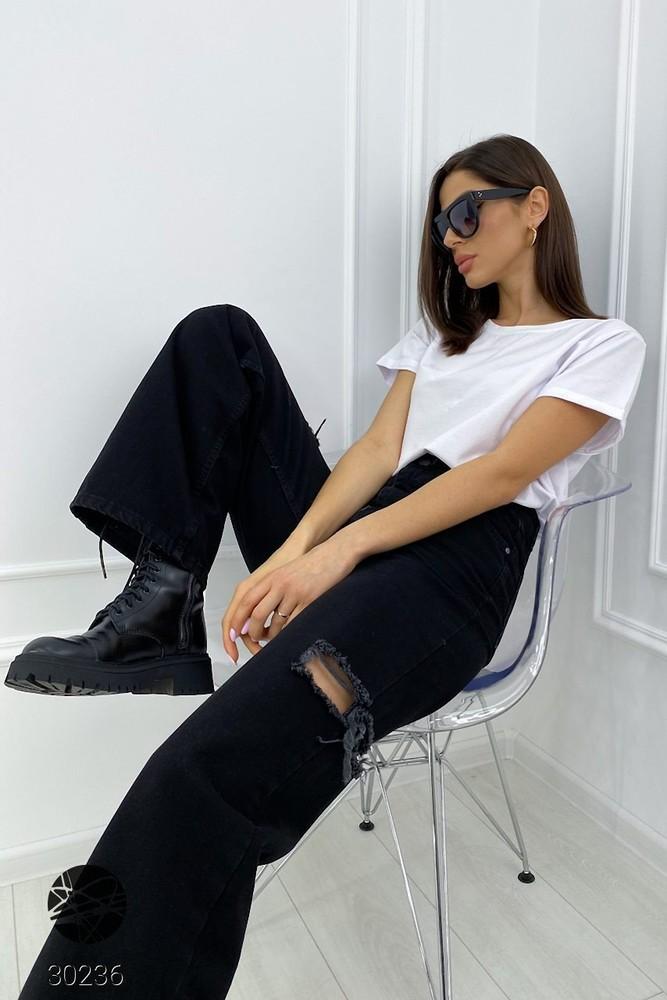 Черные расклешенные джинсы с рваными разрезами на бедрах жіночі чорні джинси із широкими штанинами фото №1